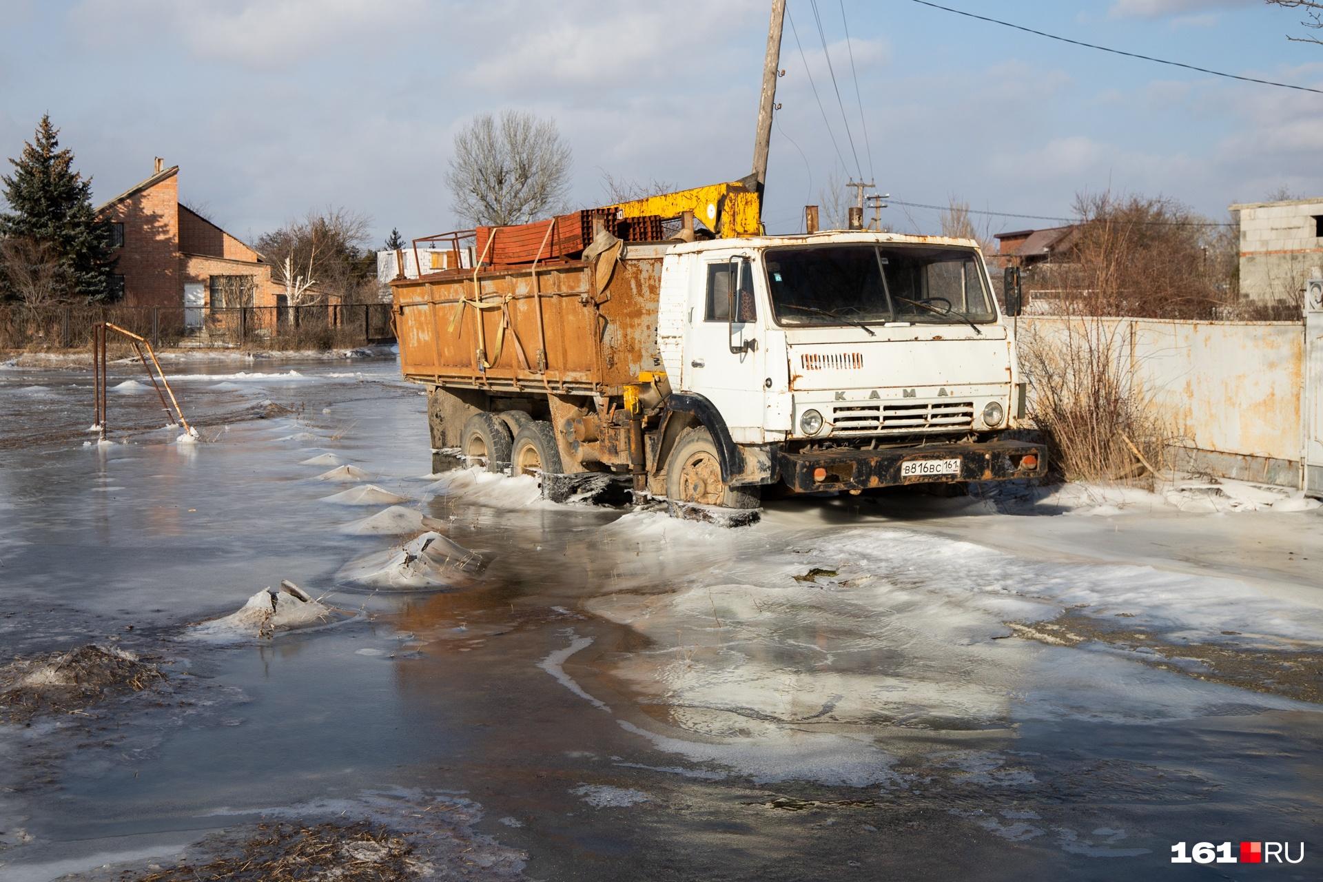 В воде стоят и машины. Завести их будет проблематично