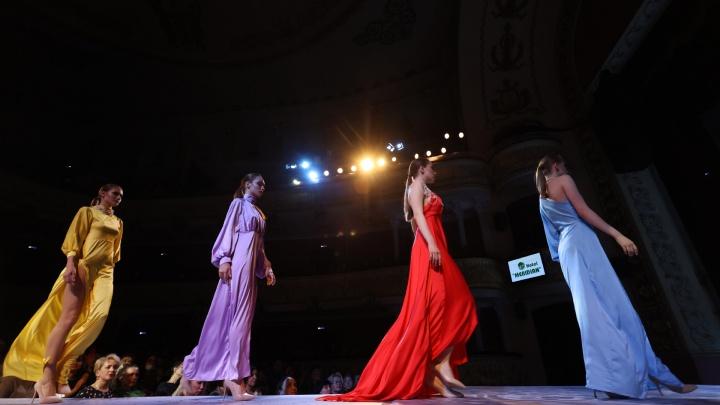 В Оперном театре прошел модный показ. Смотрим на известных челябинцев, вышедших на подиум