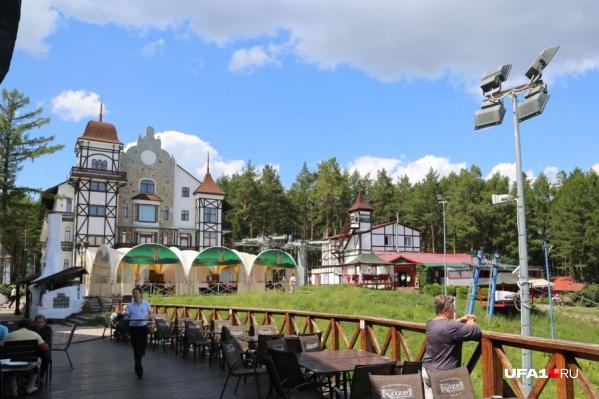 Гостиница была построена в 2012 году ко Всемирным детским играм