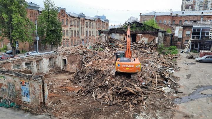 Объект культурного наследия на Пермской, 66 начали сносить. В мэрии говорят: «Ведутся работы для предотвращения обрушения»
