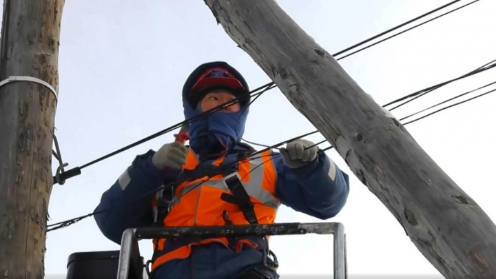 В «ОмскЭлектро» объяснили, зачем срезают интернет-кабели провайдеров в частном секторе