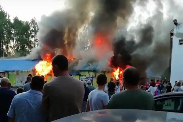 Около горящего рынка собралась толпа