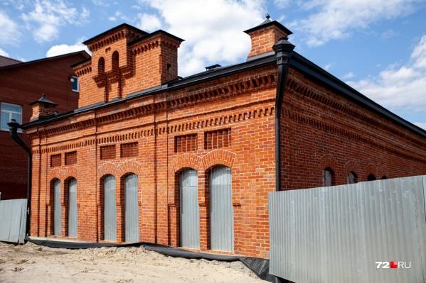 Первая в Тюмени электростанция появилась в 1893 году благодаря местным купцам. Так здание выглядит сейчас
