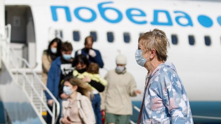 Летевший из Волгограда самолет сел в Москве с треснувшим стеклом кабины