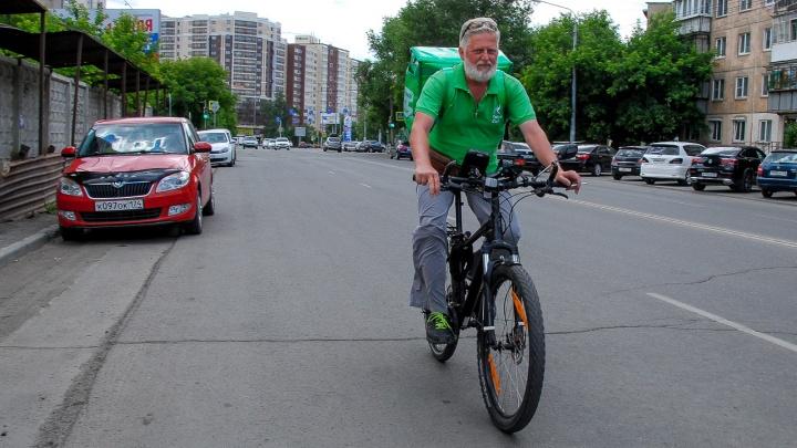 «Обидно было до слёз!»: у «зачётного деда» угнали велосипед, на котором он возил по 18 заказов в день