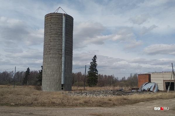 Левая башня цела, а правая разрушилась