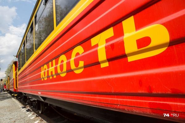 Девочки пытались сделать селфи перед приближающимся детским поездом в парке Гагарина