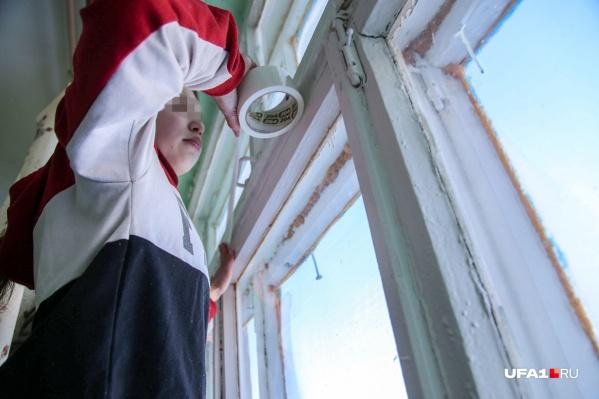 Эту фотографию в редакцию отправила одна из родительниц, чтобы показать, как ученица клеит рамы окна, чтобы не замерзнуть