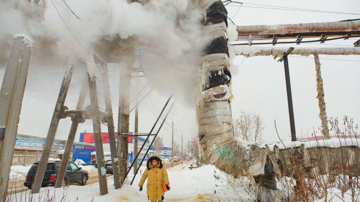 На теплотрассе в Перми произошла авария: из трубы валит пар и свисают огромные сосульки