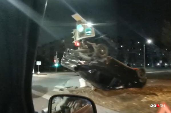 Проезжавшие мимо автомобилисты сообщают, что машина сильно измята, что видно и на видео