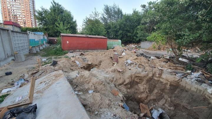 На месте снесенных гаражей на Кропоткина оставили опасную свалку с открытыми погребами