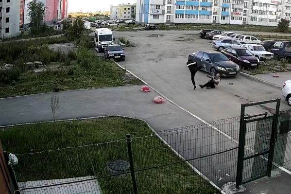Нападение попало на запись камеры уличного видеонаблюдения