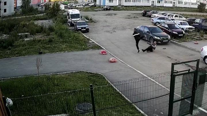 В Челябинске задержали парня, избившего пенсионера из-за замечания