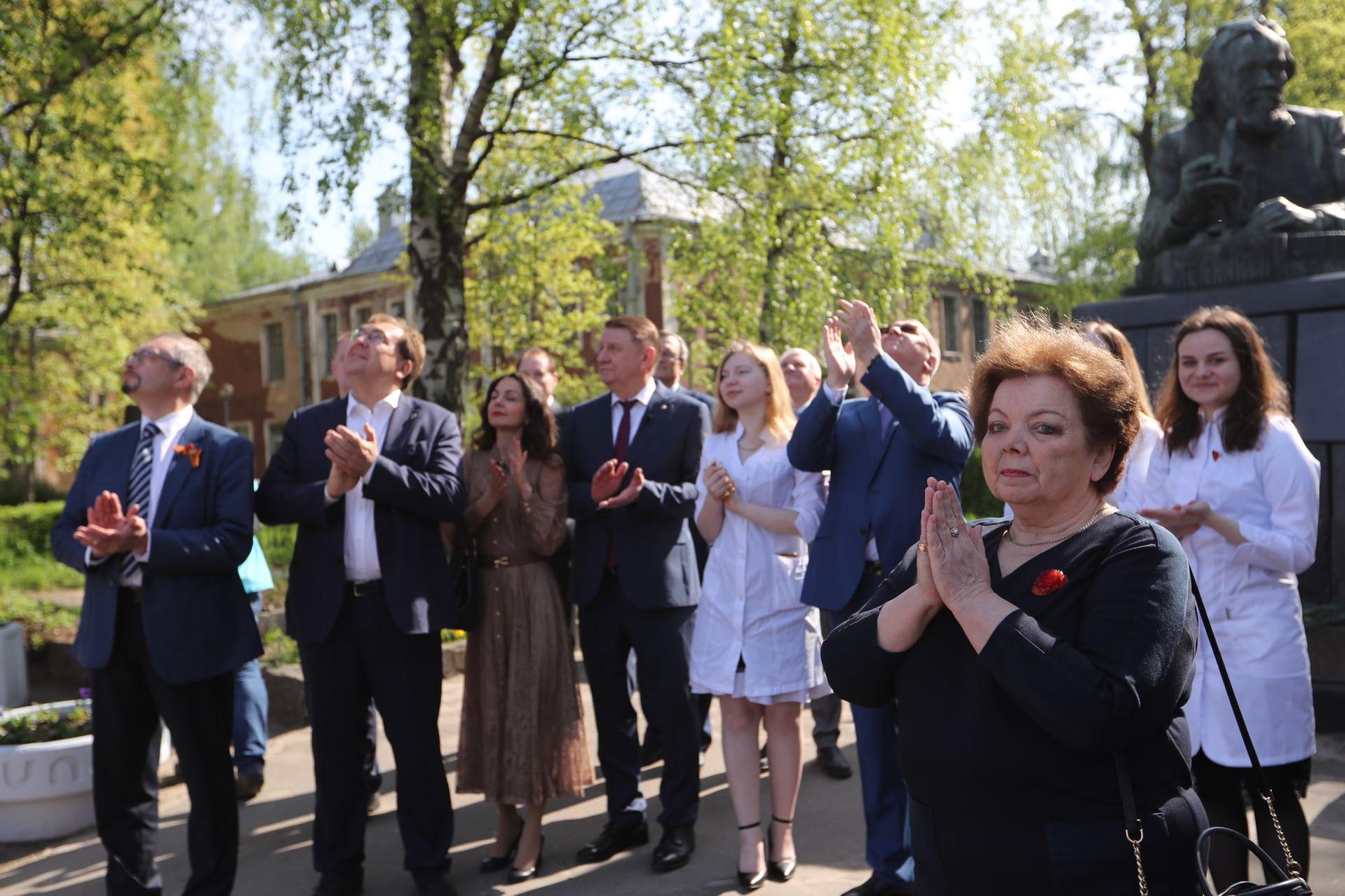 Акция памяти медикам, погибшим в период коронавируса, и возложение цветов к памятнику И.И. Мечникова