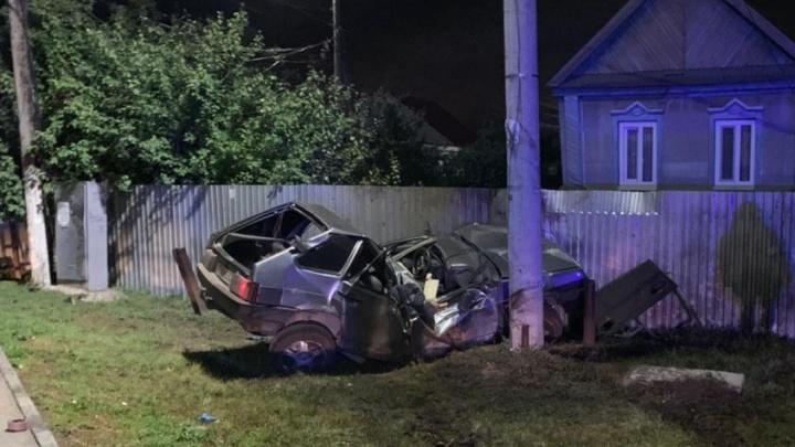 В Самарской области «девятка» влетела в столб: пассажир погиб, водитель — в больнице