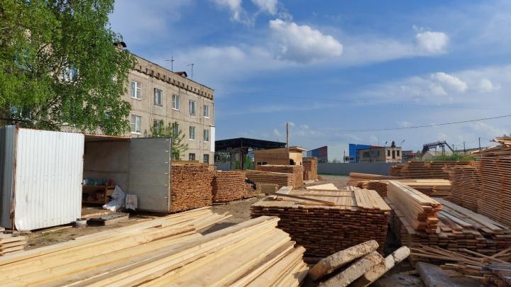 «Стоит кому-то бычок выкинуть, и всё, мы сгорим». В Нижнем Новгороде под окнами у жилого дома устроили «пилораму»