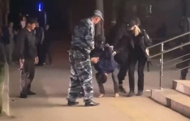 «Он кричал, что за ним гонятся, и просил вызвать полицию»: в Прикамье мужчина с ножами ворвался в магазин. Видео