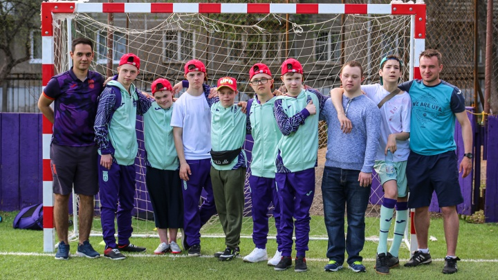 «Солнечных» детей готовят в сборную страны: как два тренера создали футбольную команду для ребят с синдромом Дауна