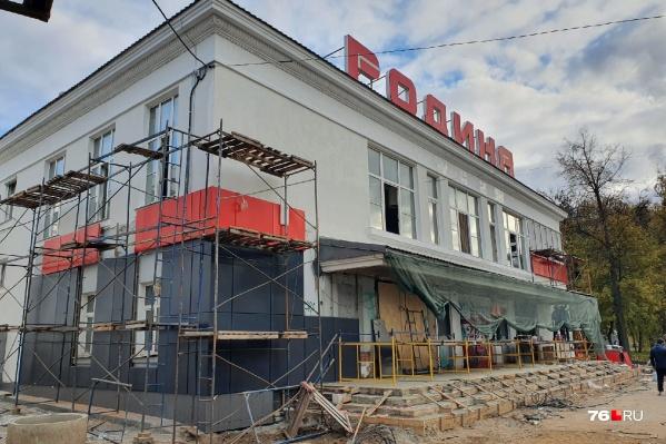 Здание начали обшивать панелями