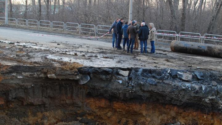 Власти рассказали, когда устранят провал дороги под окнами многоэтажки в Челябинске