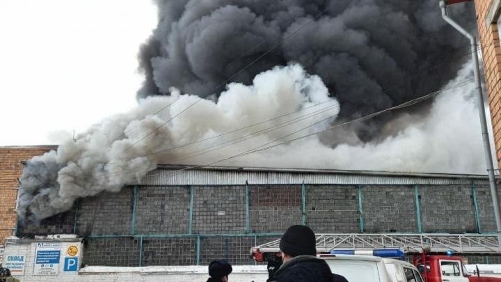 Директора и завхоза сгоревшего склада, где погибли четыре человека, оправили под арест