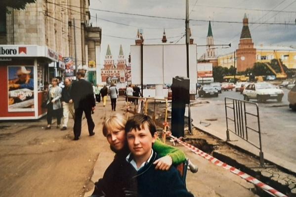 На этой фотографии 12-летний Андрей Волков со своей сестрой. У мальчика после прививки от клещевого энцефалита отказали ноги. Андрей до сих пор прикован к инвалидной коляске