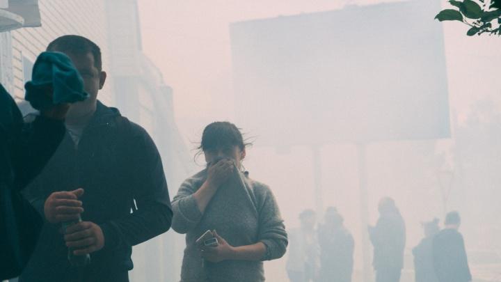 Выбегали босиком: фоторепортаж о крупном пожаре в автоцентре на 25-й Северной