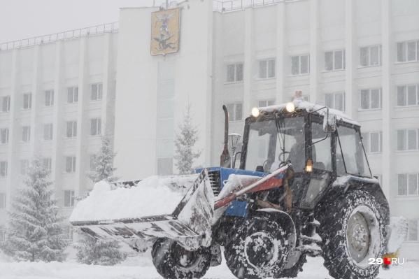 По информации уголовного дела, снег с территории возле администрации Архангельска не вывозился, но деньги на это выделялись