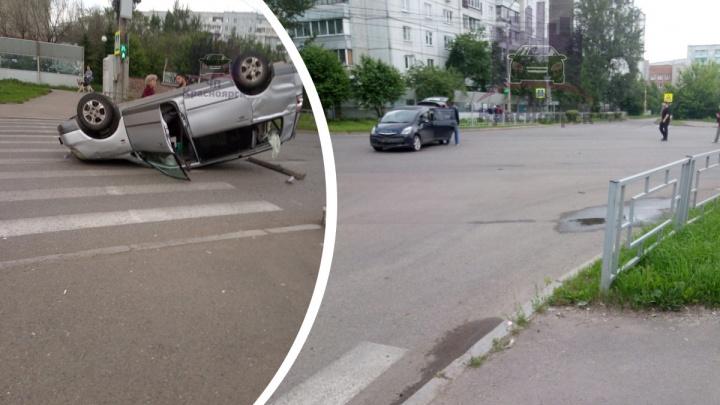 После аварии на пустом перекрестке на Воронова перевернулась машина. Пострадала 60-летняя женщина
