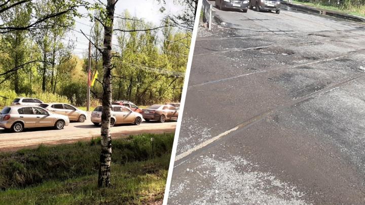 Машины проваливаются на полколеса: в Ярославле образовалась огромная пробка из-за ямы на дороге
