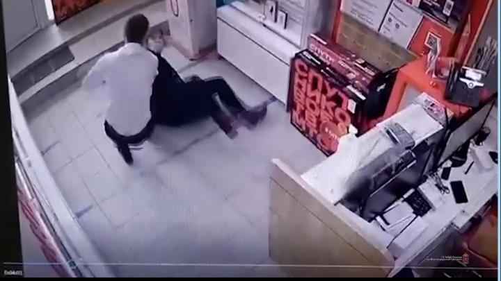 В Волгограде продавец телефонов смог отбиться от вооруженной разбойницы: видео
