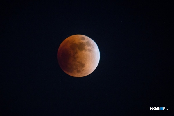 На небе можно увидеть розовую луну