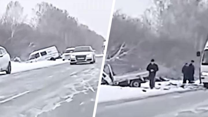 Лобовое столкновение под Новосибирском: из одного автомобиля вылетел двигатель