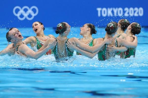 На Олимпиаде в Токио синхронистки взяли золото в дуэтах и групповых соревнованиях