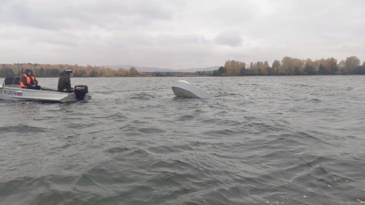 Спасатели второй день ищут рыбака, пропавшего на озере в Челябинской области