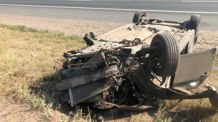 В Самарской области Chevrolet протаранила дерево и перевернулась