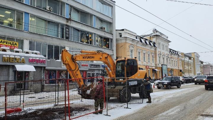 Вскрыли улицу Свободы: рабочие частично перегородили дорогу в центре Ярославля