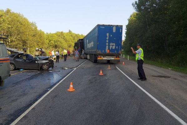 Водитель легкового автомобиля погиб на месте