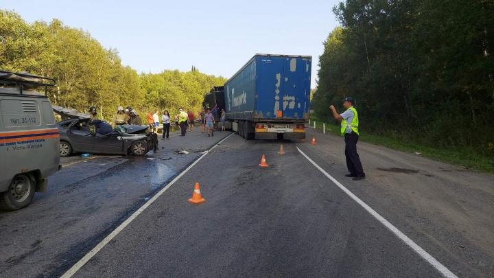 «Легковушка стоит без крыши»: на трассе М-5 в Челябинской области погиб водитель «Лады», залетевшей под фуру