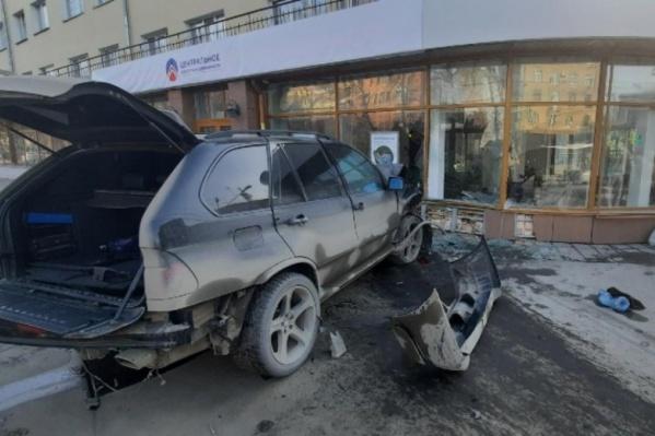 """Один из BMW пробил витрину здания и смял двух <nobr class=""""_"""">пешеходов —</nobr> оба в больнице"""