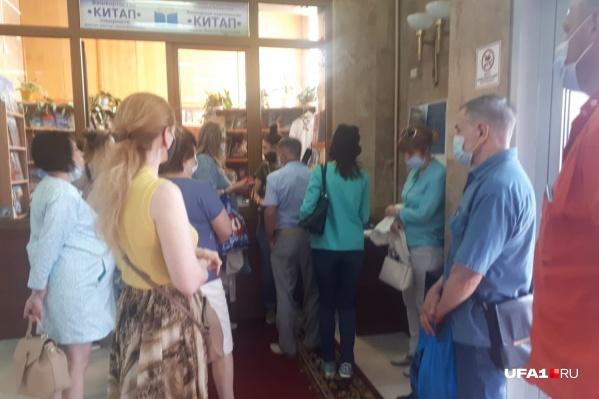 Недовольные работой ПСК-6 люди пришли поговорить с Радием Хабировым