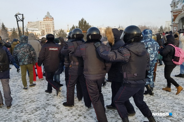 Задержанных полиция помещала в автозак
