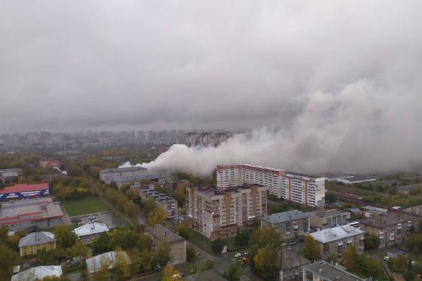 Столб дыма поднялся от пожара над Октябрьским районом: в соцсетях жители ближайших домов пишут, что дым чувствуется даже при закрытых окнах