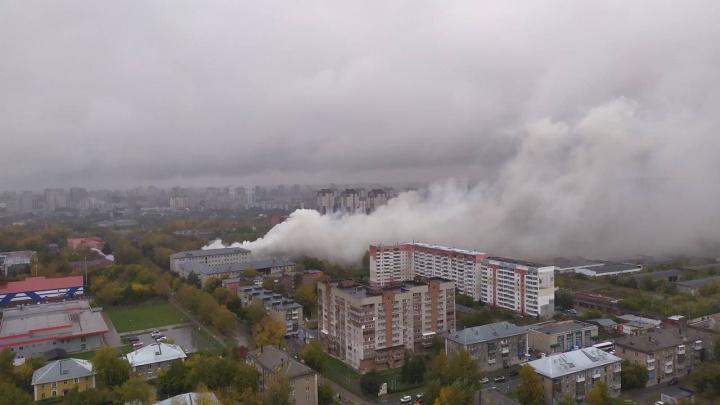 В военном городке загорелся памятник истории — дымом заволокло часть Октябрьского района