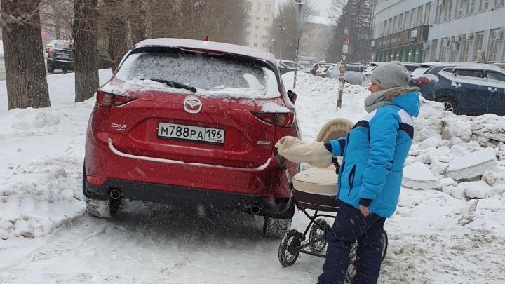 «Я паркуюсь как...»: в Екатеринбурге автохамы объявили войну родителям с колясками