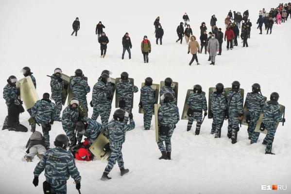Во время разгона протестов силовики вынудили людей выйти на лед городского пруда