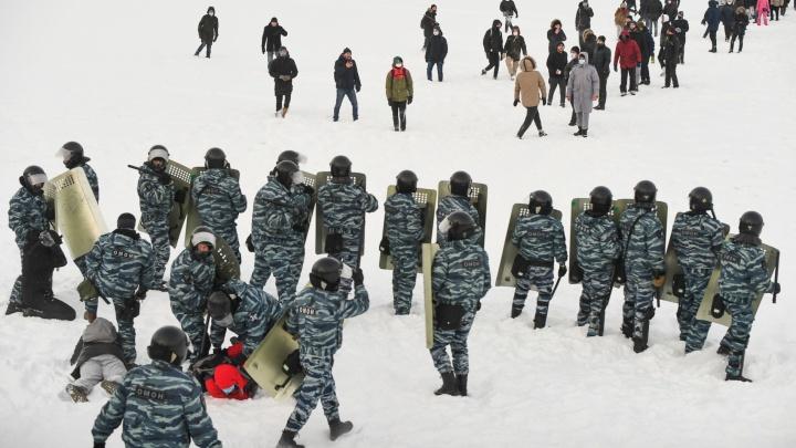 «Это грубое нарушение»: во время разгона протестов ОМОН и полиция выгнали людей на лед