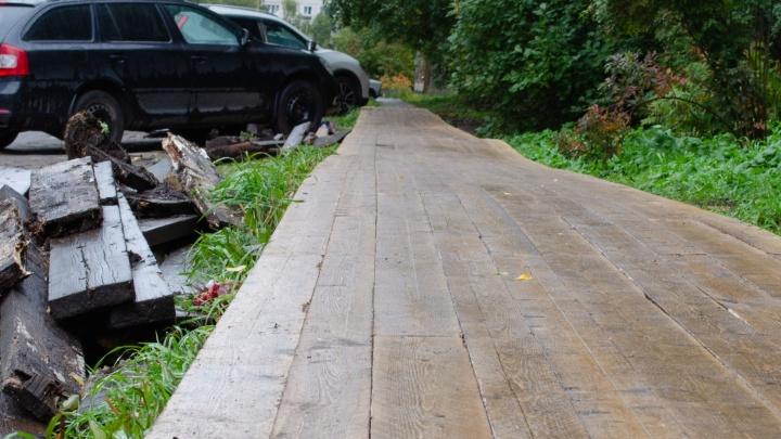 «Их надо сохранять, это фишка Архангельска!»: блогер оценил ремонт убитых мосточек. Он им недоволен