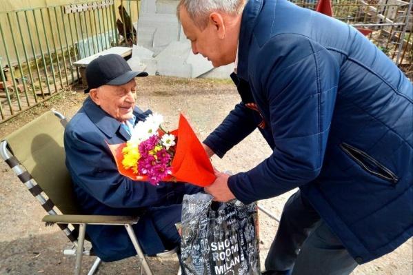 Ветеран Дмитрий Абрамов в свои 96 лет по-прежнему в строю — лично курирует создание экспозиции в Музейно-выставочном центре Назарово