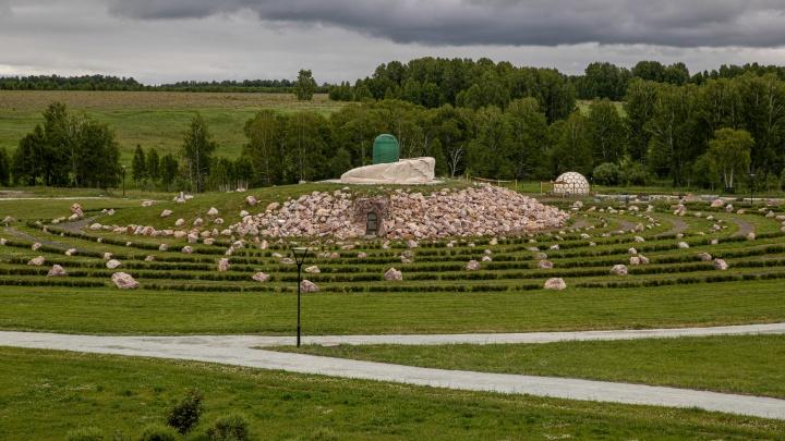 Под Новосибирском открылся необычный парк. Смотрим на амфитеатр, Критский лабиринт и пляж у озера — в репортаже НГС